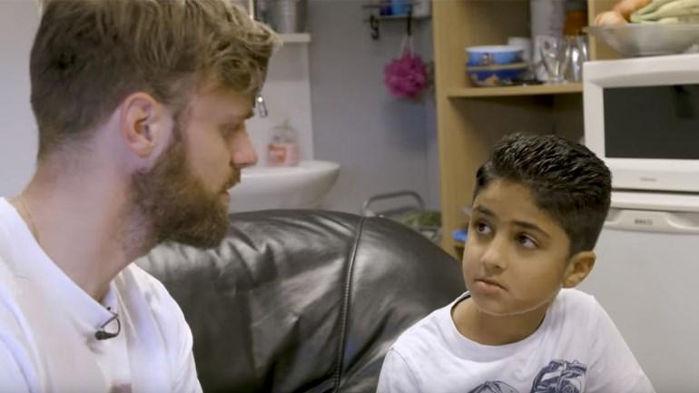 Documentairemaker-Tim-Hofman-in-gesprek-met-de-9-jarige-Nemr-uit-Emmen-foto-Terug-naar-je-Eige-Land